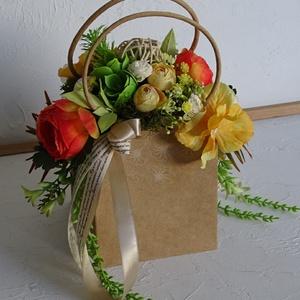 Ballagásra lányoknak- táskacsokor, ballagási ajándék., Otthon & Lakás, Dekoráció, Csokor & Virágdísz, Virágkötés, Természetes natúr hatású kis kerek füles táskába készült el ez a vidám, színes, vibráló kompozíció.\n..., Meska