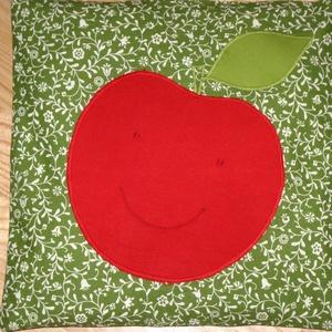 Almás  párna, Gyerek & játék, Gyerekszoba, Patchwork, foltvarrás, Varrás, Az ovijeles kispárnák következő darabját készítettem el, mosolygó piros almával. Ezek a lapos kispár..., Meska