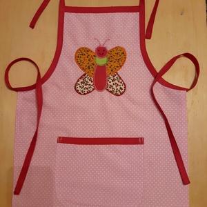Pillangós kislány kötény, Gyerek & játék, Otthon & lakás, Konyhafelszerelés, Kötény, Patchwork, foltvarrás, Varrás, Rózsaszín pöttyös pamutvászon alapanyagból készítettem ezt a kis kötényt, ráapplikált színes pillang..., Meska
