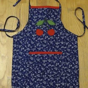 Cseresznyés gyerek kötény, kék, Gyerek & játék, Otthon & lakás, Konyhafelszerelés, Kötény, Patchwork, foltvarrás, Varrás, Kékfestő mintás  pamutvászon alapanyagból készítettem ezt a kis kötényt, ráapplikált mintával.\nMegkö..., Meska