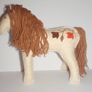 Fehér csikó , Ló, Plüssállat & Játékfigura, Játék & Gyerek, Varrás, Ez a natúr filcből készült lovacska, kártolt gyapjúval van kerekre tömködve. A faleveleket  narancss..., Meska
