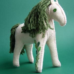 Mesebeli póniló a varázserdőből, Ló, Plüssállat & Játékfigura, Játék & Gyerek, Varrás, Baba-és bábkészítés, Ez a fehér filcből készült lovacska, kártolt gyapjúval van kerekre tömködve. A levélkéket zöld filce..., Meska