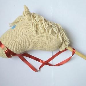 Gyapjú vesszőparipa, Játék & Gyerek, Szerepjáték, A ló buciját gyapjúfonalból köti az édesanyám, én pedig kártolt gyapjúval tömöm ki. A sörényét  gyap..., Meska
