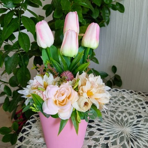 Tulipános tavaszi asztaldísz, Otthon & Lakás, Dekoráció, Asztaldísz, Virágkötés, Kerámia kaspóba díszített tavaszi asztaldísz élethű selyemvirágok felhasználásával.\nMagasság: 30 cm ..., Meska