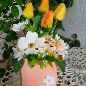 Tulipános asztaldísz, Otthon & Lakás, Dekoráció, Asztaldísz, Virágkötés, Vidám tavaszi asztaldísz fadobozban, élethű selyemvirágokkal díszítve.\nMagasság: 25 cm, Meska
