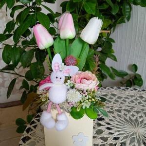Nyuszis asztaldísz, Otthon & Lakás, Dekoráció, Asztaldísz, Virágkötés, Vidám, tavaszi asztaldísz élethű selyemvirágokkal díszítve, fadobozban. \nMagasság: 28 cm, Meska