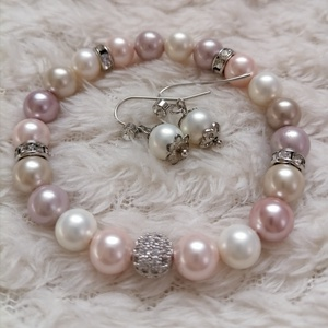 Elegancia ékszergarnitúra, Ékszer, Ékszerszett, Ékszerkészítés, Rózsaszín, bézs és fehér színű majolika gyöngyökből készítettem ezt a szépséges, elegáns szettet. A ..., Meska