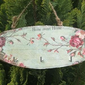 Rózsás kulcstartó, Otthon & lakás, Lakberendezés, Dekoráció, Konyhafelszerelés, Decoupage, transzfer és szalvétatechnika, Kulcstartó faszeletből! Romantikus rózsás mintával, decoupage technikával készült rizspapírral.\nMére..., Meska