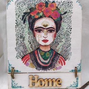 Frida kopogtató, Ajtódísz & Kopogtató, Dekoráció, Otthon & Lakás, Decoupage, transzfer és szalvétatechnika, Festett tárgyak, Fridás kopogtató ajtóra,  fali dekorációnak. Decoupage technikával készült, méretei:\n15,5cm széles, ..., Meska