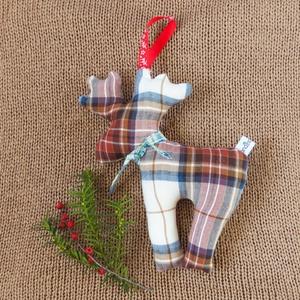 Skandináv stílusú szarvas ajtódísz - modern karácsonyfadísz kockás textilből természetes stílusú otthonba - minimalista , Karácsonyi dekoráció, Karácsony & Mikulás, Otthon & Lakás, Varrás, Barna fehér kockás rénszarvas természetkedvelők lakásának díszítésére, karácsonyi ünnepvárásra - enn..., Meska