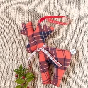 Piros ajtódísz - egyszerű, modern, skandináv rénszarvas figura - ajándékkísérő élményajándékhoz, pénzajándékhoz, Karácsonyi dekoráció, Karácsony & Mikulás, Varrás, Piros fekete kockás lakásdísz rénszarvassal adventre, karácsonyi ünnepvárásra - ennek a terméknek a ..., Meska