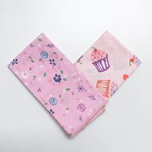 2 db puha női, kislány vagy gyerek zsebkendő muffin mintás és virágos pamut anyagból karácsonyra az allergia szerzonra, Ruha & Divat, Sál, Sapka, Kendő, Varrás, Rózsaszín, kék, sárga virág mintás és muffin mintás pihe-puha pamutból készült zsebkendők: \nkörnyeze..., Meska