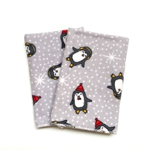 2 db puha gyerek zsebkendő, szalvéta vagy popsitörlő kendő babaváró ajándéknak, karácsonyra, születésnapra, mikulásra, Szépségápolás, Pelenka & Babaápolás, Varrás, Szürke alapon karácsonyi mintás pingvinek hóesésben: puha pamut flanellből készült zsebkendők, szalv..., Meska
