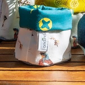 Kerek textil tároló sminkszereknek, fürdőszobába, növénytartónak, apró játékoknak, környezetbarát vegán tárolókosár , Otthon & Lakás, Tárolás & Rendszerezés, Varrás, Textilből készült bélelt, puha tárolókosár madaras mintával újrahasznosított farmerből színes, vidám..., Meska