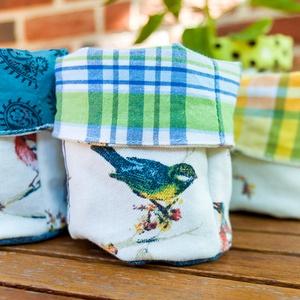Puha textil tároló sminklemosó korongoknak, fürdőszobába, apró játékoknak, környezetbarát vegán tárolókosár , Otthon & Lakás, Tárolás & Rendszerezés, Varrás, Textilből készült bélelt, puha tárolókosár madaras mintával újrahasznosított farmerből színes, vidám..., Meska