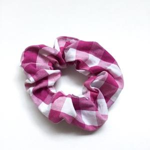 Tavaszi hajgumi - scrunchies - rugalmas textil karkötő kockás mintával lányoknak, nőknek, barátnőknek, Ruha & Divat, Hajdísz & Hajcsat, Varrás, Vidám, tavaszi hangulatú hajdísz újrahasznosított pamutból és gumiból.\nEgyedi kiegészítője a mindenn..., Meska