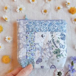 Egyedi virágmintás neszesszer Anyák napjára kozmetikumok tárolására, ajándéknak, Táska & Tok, Neszesszer, Varrás, Csinos, különleges szabású, talpas patchwork neszesszer gyönyörű pamut anyagokból. \n\nEgyedi, szívből..., Meska