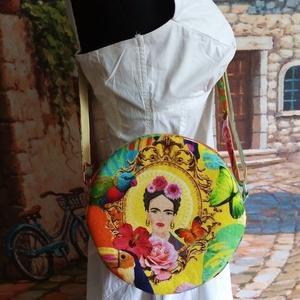 Frida kerek táska, Táska, Divat & Szépség, Táska, Válltáska, oldaltáska, Varrás, Nagyon egyedi bársonyos tapintású dekorvászon az anyaga a táskának.A szivacsos merevítő jó tartást a..., Meska