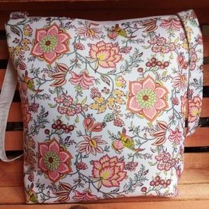 Fehér -narancsszínű virágos táska, Táska, Divat & Szépség, Táska, Válltáska, oldaltáska, Varrás, Igazi nyári színösszeállítású vízlepergetős anyagból készítettem a táskát.A vízlepergetős nem azonos..., Meska