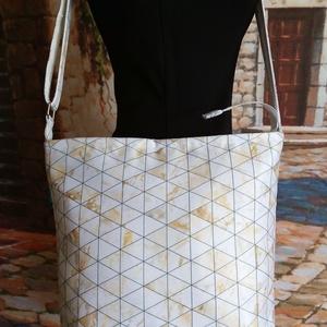 Vállon keresztbe hordható fehér-arany táska., Táska & Tok, Kézitáska & válltáska, Vállon átvethető táska, Varrás, Vízlepergetős farmeranyag az alapja a táskának Élőben nagyon szép.A vízlepergetős anyag nem egyenlő ..., Meska