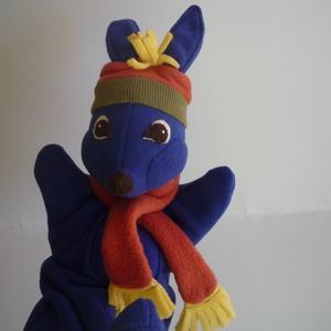 Nyuszi kézbáb, Kesztyűbáb, Bábok, Játék & Gyerek, Baba-és bábkészítés, Varrás, Élénk színekből készült, puha, kényelmes nyuszi figura. 40cm hosszú, a füleivel együtt. Sapka, sál f..., Meska