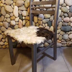Ellentétek vonzásában: szőrmés szék (óbarok ezüst ), Lakberendezés, Otthon & lakás, Dekoráció, Bútor, Szék, fotel, Festett tárgyak, Famegmunkálás, Egyedi stílusú szőrmés székké álmodtam újjá ezt a retro széket.\nAz ülőkére eredeti állatszőrme kerül..., Meska
