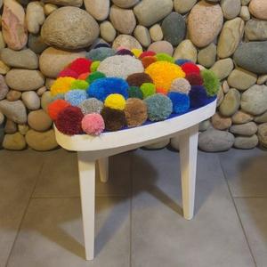Designer szék-ülőke: csupa színes pompon/pom-pom, Bútor, Otthon & lakás, Szék, fotel, Lakberendezés, Dekoráció, Famegmunkálás, Festett tárgyak, Rengeteg kézzel készített pom-pom a szivárvány minden színében.\nA fa részek fehérre festve, matt lak..., Meska