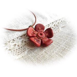 Szeplős kis virág, Ékszer, Nyaklánc, Medál, Gyurma, Ékszerkészítés, Ékszergyurmából saját kezűleg formázott téglavörös virág, réz színű középpel és apró díszítésekkel a..., Meska