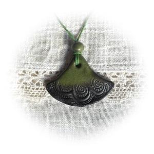 Zöld- fekete árnyalatos harang alakú medál (andreart) - Meska.hu