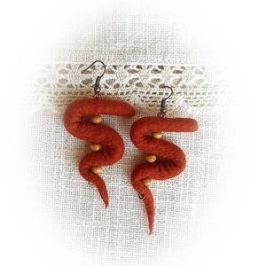 Őszutó fülbevaló - nemez fülbevaló, Ékszer, Fülbevaló, Nemezelés, Rozsdavörös merinó gyapjúból nemezeltem ezt a formabontó ékszert.  A nemezkígyót elkészítése után br..., Meska
