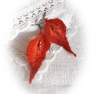 Varázslatos ősz - nemez fülbevaló, Ékszer, Fülbevaló, Nemezelés, Rozsdavörös merinó gyapjúból nemezeltem és narancssárga selyemszálakkal díszítettem, majd bronz, fém..., Meska