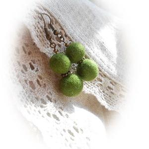 Örökzöld- nemez fülbevaló, Ékszer, Fülbevaló, Nemezelés, Szépséges fűzöld árnyalatú merinó gyapjúból szappanos-vizes nemezeléssel készítettem ezt az újabb gö..., Meska