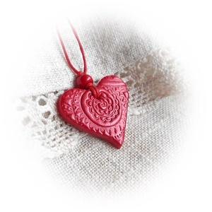 Szívörvény - nyaklánc, Ékszer, Nyaklánc, Gyurma, Örvényre emlékeztető nyomott mintája miatt kapta ezt a nevet ez a szív alakú medál.\nFormázását követ..., Meska