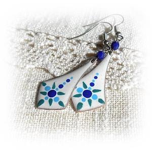 """Kis kék mandalavirág - tűzzománc fülbevaló, Ékszer, Fülbevaló, Lógó fülbevaló, Tűzzománc, Ékszerkészítés, A másik névválasztásom a \""""törékeny kis virág\"""" lett volna, mert valóban egy kis finom, porcelánminta ..., Meska"""