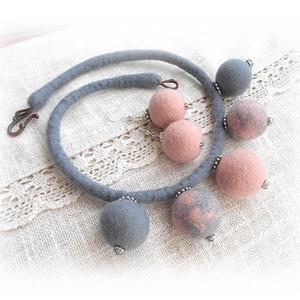 Rózsaszín köd - nemezgyöngyös nyakék fülbevalóval, Ékszer, Ékszerszett, Nemezelés, Meska