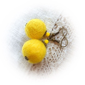 """Citromos \""""édesség\"""" - nemez fülbevaló, Ékszer, Fülbevaló, Lógó fülbevaló, Nemezelés, A fülbevaló színe és formája láttán is a citromra asszociálhatunk. De amikor teljesen elkészült, oly..., Meska"""
