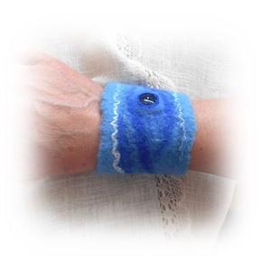 Hullámzás - nemez csuklópánt, csuklódísz, Ékszer, Karkötő, Nemezelés, Farmerkék és ultramarin kék szalaggyapjúból szappanos-vizes nemezeléssel készítettem ezt a csuklópán..., Meska