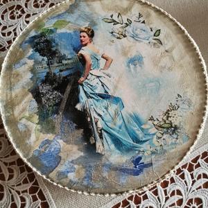 A kék ruhás hölgy... nagyméretű ,kerek.nosztalgiadoboz, Otthon & lakás, Dekoráció, Dísz, Lakberendezés, Asztaldísz, Tárolóeszköz, Doboz, Decoupage, transzfer és szalvétatechnika, Festett tárgyak, Nagy méretű, kerek formájú, kék ruhás hölgyet ábrázoló,nosztalgia stílusú, francia csipkével díszíte..., Meska