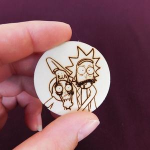 Rick és Morty kulcstartó/mágnes, Kulcstartó, táskadísz, Táska, Divat & Szépség, Férfiaknak, Fotó, grafika, rajz, illusztráció, Gravírozás, pirográfia, Kézzel rajzolt Rick és Morty karakterek.\nKulcstartó és hűtőmágnes formájában. \nNem Ő a kedvenc szere..., Meska