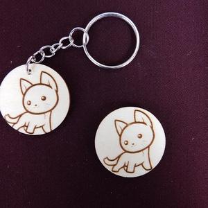 Kis cica kulcstartó/mágnes, Egyéb, Kulcstartó, táskadísz, Táska, Divat & Szépség, Fotó, grafika, rajz, illusztráció, Gravírozás, pirográfia, Kézzel rajzolt aranyos cica.\nKulcstartó és hűtőmágnes formájában. \nNem Ő a kedvenc állatkád? Semmi g..., Meska