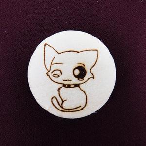 Kacsintós cica kulcstartó/mágnes, Egyéb, Kulcstartó, táskadísz, Táska, Divat & Szépség, Fotó, grafika, rajz, illusztráció, Gravírozás, pirográfia, Kézzel rajzolt aranyos cica.\nKulcstartó és hűtőmágnes formájában. \nNem Ő a kedvenc állatkád? Semmi g..., Meska