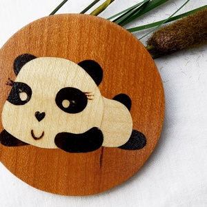 Aranyos fekvő panda kulcstartó/mágnes (Intarzia), Egyéb, Kulcstartó, táskadísz, Táska, Divat & Szépség, Famegmunkálás, Egyedi fa kulcstartók.\nMinden termékemet 100%-ig kézzel ill. egy szikével készítek. \nEz valóban egy ..., Meska