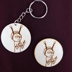 Rick és Morty kulcstartó/mágnes, Táska, Divat & Szépség, Kulcstartó, táskadísz, Férfiaknak, Fotó, grafika, rajz, illusztráció, Gravírozás, pirográfia, Kézzel rajzolt Morty karakter.\nKulcstartó és hűtőmágnes formájában. \nNem Ő a kedvenc szereplőd? Semm..., Meska