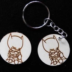 Batman kulcstartó/mágnes, Táska, Divat & Szépség, Kulcstartó, táskadísz, Férfiaknak, Fotó, grafika, rajz, illusztráció, Gravírozás, pirográfia, Kézzel rajzolt Batman karakter\nKulcstartó és hűtőmágnes formájában. \nNem Ő a kedvenc karakter? Semmi..., Meska