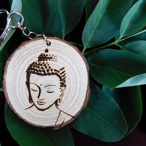 Buddha fa kulcstartó/mágnes, Férfiaknak, Ékszer, Táska, Divat & Szépség, Kulcstartó, táskadísz, Fotó, grafika, rajz, illusztráció, Gravírozás, pirográfia, Kézzel rajzolt meditáló buddha.\nKulcstartó és hűtőmágnes formájában. \n\n\nMérete: ~40 mm, Meska