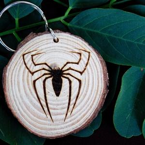 Pók kulcstartó/mágnes, Férfiaknak, Ékszer, Táska, Divat & Szépség, Kulcstartó, táskadísz, Fotó, grafika, rajz, illusztráció, Gravírozás, pirográfia, Kézzel rajzolt Pók.\nHa van kedvenc állatod csak szólj és elkészítem saját egyedi kulcstartódat :) \nK..., Meska
