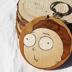 Morty fa  kulcstartó/mágnes (Intarzia), Ékszer, Egyéb, Táska, Divat & Szépség, Kulcstartó, táskadísz, Famegmunkálás, Egyedi fa kulcstartók.\nMinden termékemet 100%-ig kézzel ill. egy szikével készítek. \nEz valóban egy ..., Meska