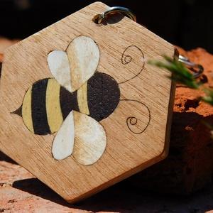 Méhecskés fa kulcstartó (Intarzia), Egyéb, Táska, Divat & Szépség, Kulcstartó, táskadísz, Famegmunkálás, Méhecskés fa kulcstartó.\nMinden termékemet 100%-ig kézzel ill. egy szikével készítek és fából. \nEz v..., Meska