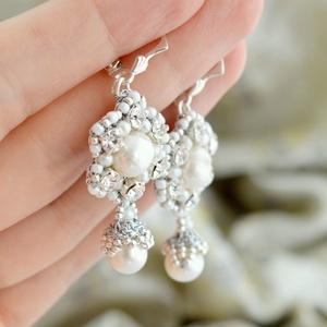 Barokk menyasszonyi fülbevaló folyami gyöngyökkel, Esküvő, Ékszer, Fülbevaló, Horgolás, Gyöngyfűzés, gyöngyhímzés, A fülbevaló alapja ezüst színü és gyémánt fonálból készült csipkevirág.  A fülbevaló közepén fehér s..., Meska