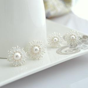 Apró menyasszonyi fülbevaló, Esküvő, Ékszer, Fülbevaló, Gyöngyfűzés, gyöngyhímzés, Ékszerkészítés, Ideális választás fehér esküvői ruhához :)\n\nA fülbevaló elkészítéséhez fehér apró japán gyöngyöket v..., Meska